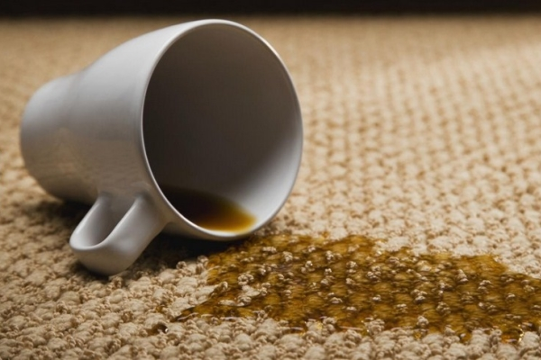 Как отстирать пятна от чая и кофе с джинсов, дивана, ковра