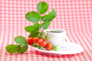 Польза и вред чая с шиповником для мужчин и женщин